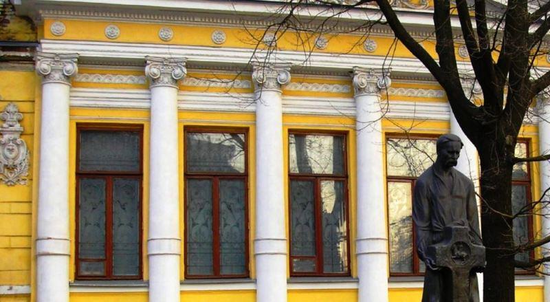 Пам`ятник Яворницькому біля приміщення музею фото: Юлія Рацибарська