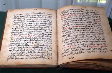 """Рукопис з трохи обгорілими сторінками написана арабською мовою. Автор фото: Олександр Яремчук, """"Сегодня"""""""