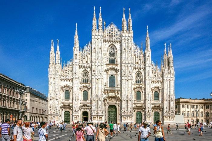 П'ятий за величиною собор в світі, є найпомітнішим орієнтиром міста і яскравий приклад відомої італійської готики