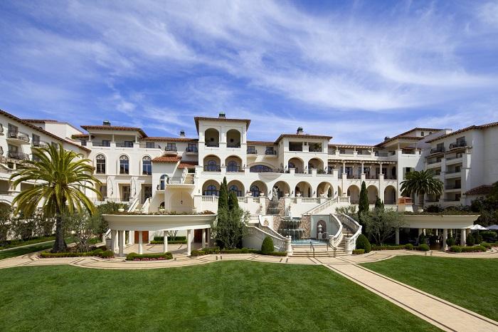 Курорт в тосканському стилі, мальовничий вид і елегантні мармурові сходи