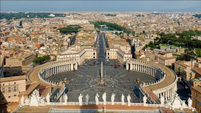 Одна з найкрасивіших і відомих площ в світі, що носить ім'я святого Петра, ключника раю, має форму замкової щілини.