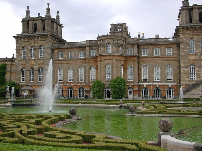 Родовий маєток герцогів Мальборо, один з найбільших палацово-паркових ансамблів Англії.