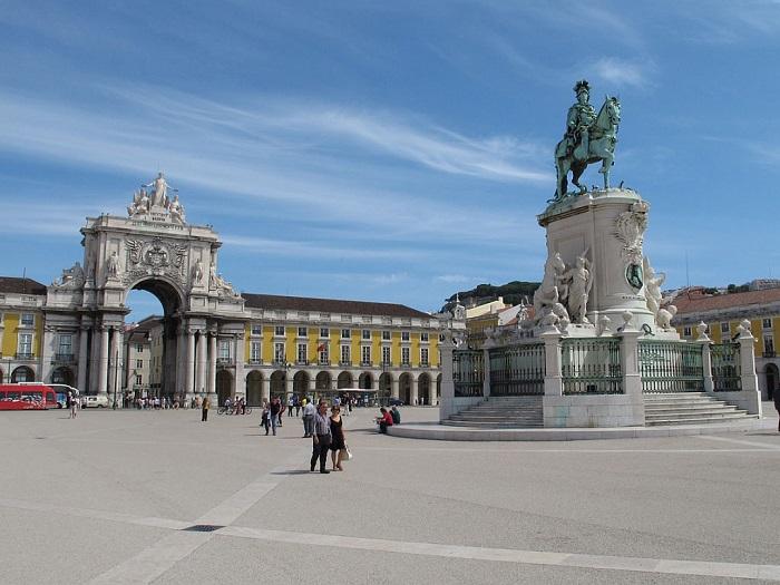 Лісабон відомий своєю романтичною атмосферою, мальовничими брукованими вимощеній вулиці, старовинні трамваї і історичні будівлі
