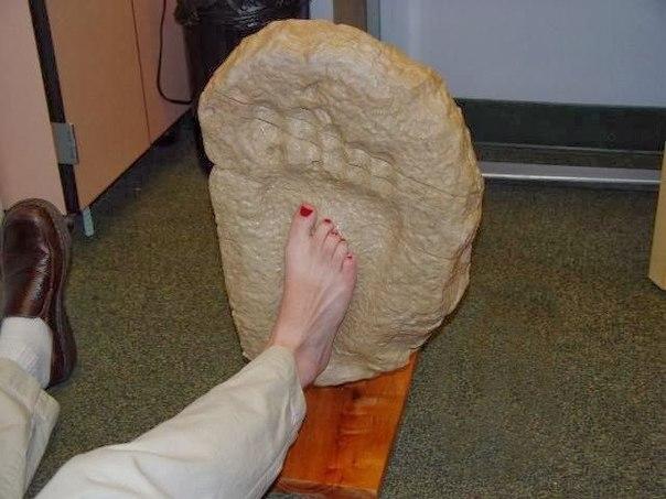 Величезний відбиток ступні людини