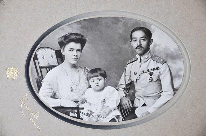 Королівська родина Сіаму: Катерина Десницька — принцеса Сіаму, спадкоємець королівського трону — Чакрабонгсе Буванафа і маленький син — принц Чула