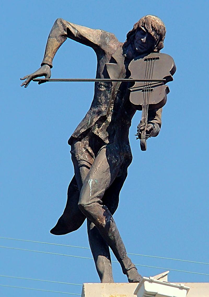 Триметровий скрипаль на даху будинку в центрі міста, встановлений у 2003 році – пам'ятник, присвячений людям творчих професій. Пам'ятник можна побачити, лише якщо високо задерти голову. Зроблено це не просто так, а як символ того, що справжні таланти ні перед ким не схиляються.