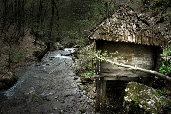 Водяний млин в Зарожье - місце проживання Сави Савановіч. | Фото: forum.bjbikers.com.