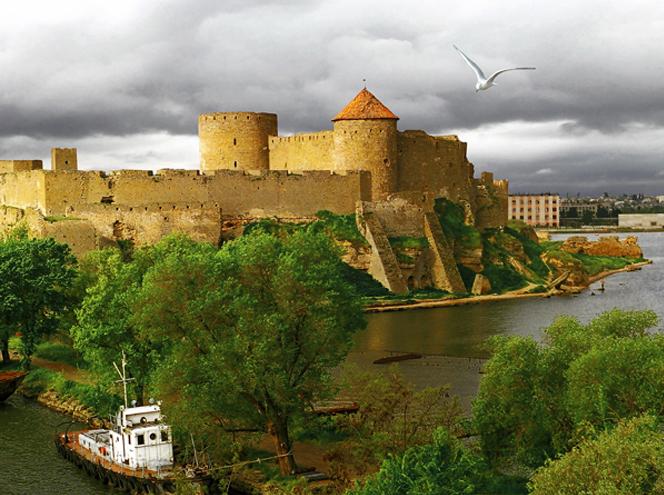 Одна з найстаріших, найміцніших та найбільших середньовічних фортець в Україні. Знаходиться в місті Білгород-Дністровський Одеської області.