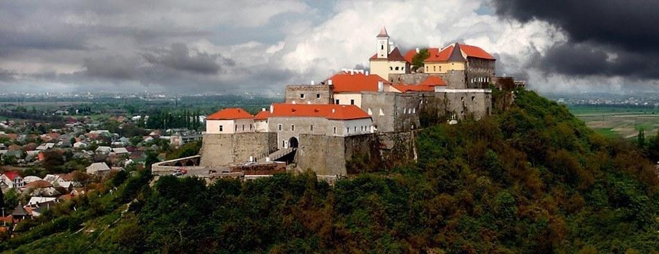 Замок у закарпатському місті Мукачеве. Унікальний зразок середньовічної фортифікаційної архітектури, з поєднанням різних стилів.