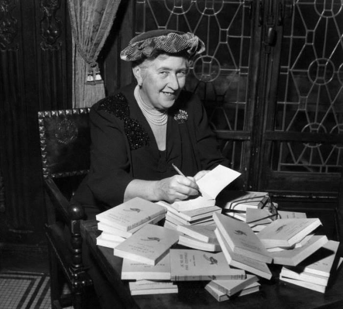 Агата Крісті підписує свої книги