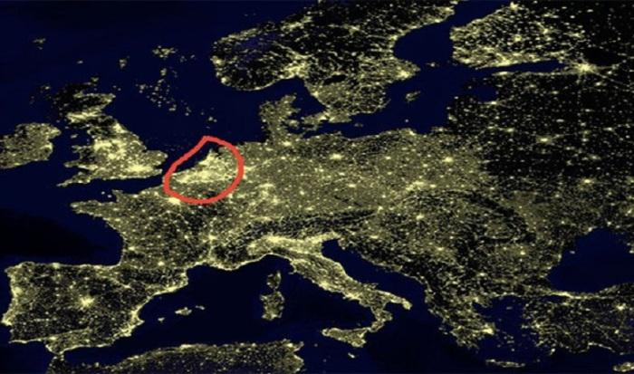 У нічний час, Бельгія освітлюється більш яскраво, за рахунок густої мережі шосе, яка майже на 100% освітлена.