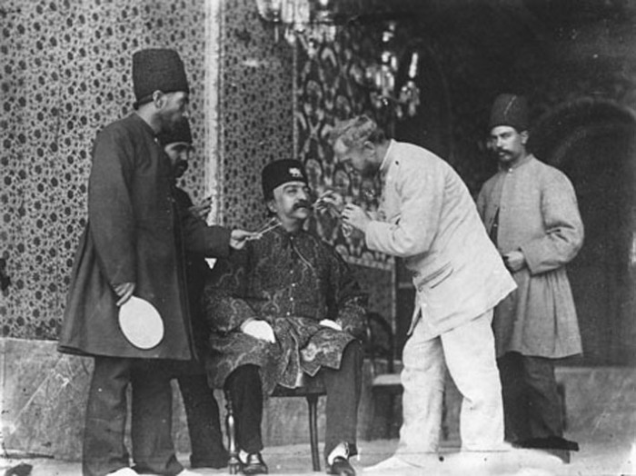 Ад-Дін Шах Каджар і фотограф Севрюгин перед фотозйомкою.