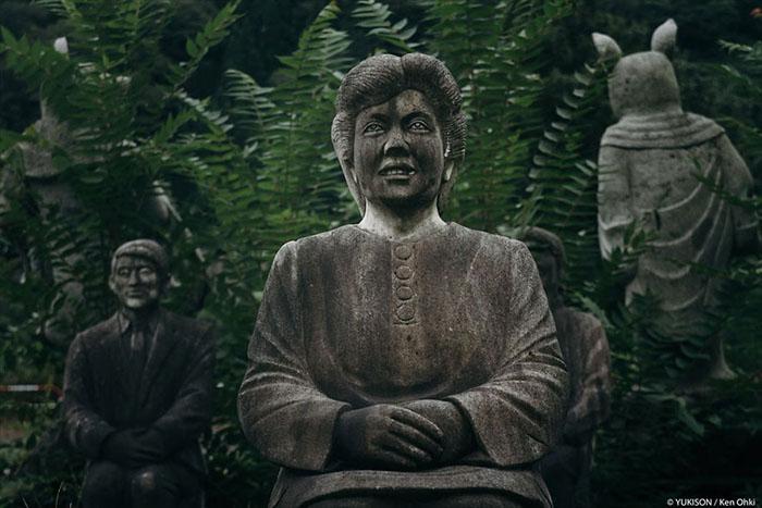 Статуя жінки, яка нібито когось уважно слухає. Фото: Ken Ohki / Yukison.