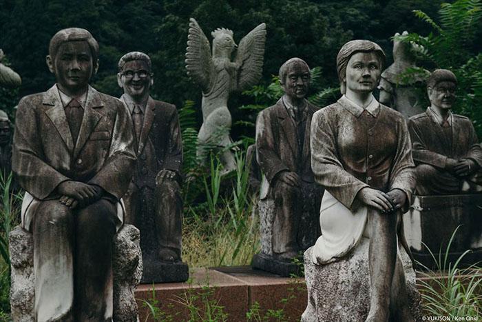 У парку є як статуї цілком реальних людей, так і міфологічних істот. Фото: Ken Ohki / Yukison.