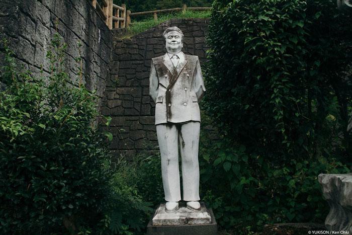 Статуя засновника парку Муцуо Фурукава. Фото: Ken Ohki / Yukison.