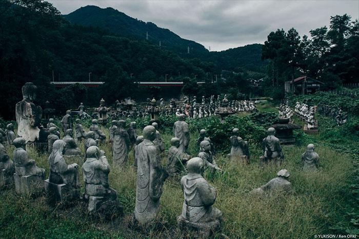 У парку налічується понад 800 кам'яних статуй. Фото: Ken Ohki / Yukison.