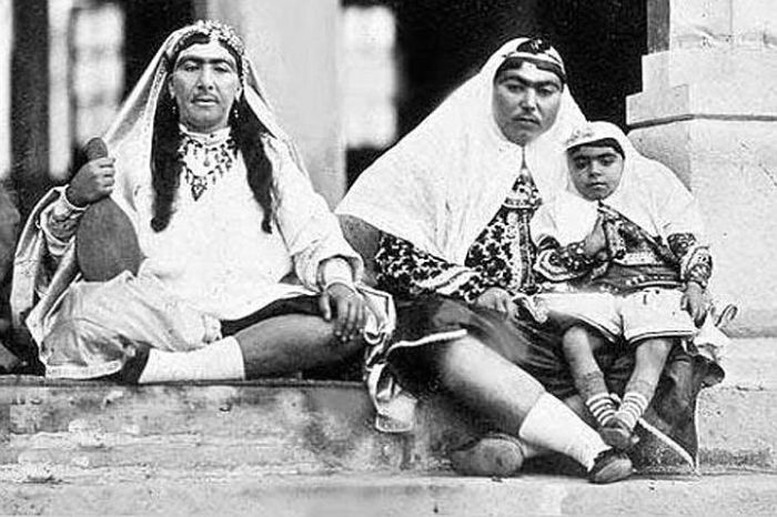 Незрівнянна Аніс аль-Долех - улюблена дружина шаха (праворуч).
