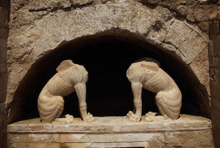 Сфінкси на вході в гробницю в Амфіполіс. | Фото: news.softpedia.com.