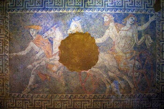 Підлогова мозаїка гробниці в Амфіполіс. | Фото: forbes.com.