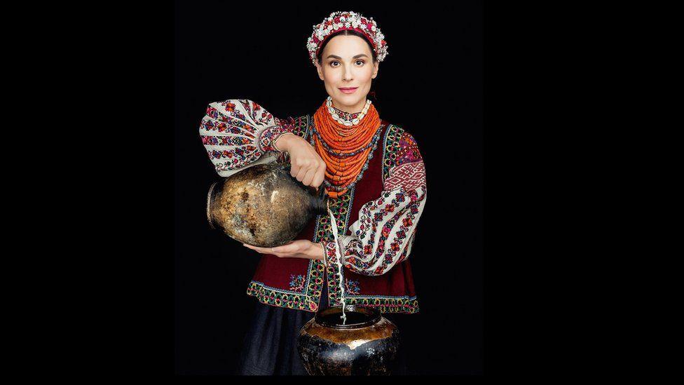 Як виглядає календар автентичних українських костюмів - фото 2