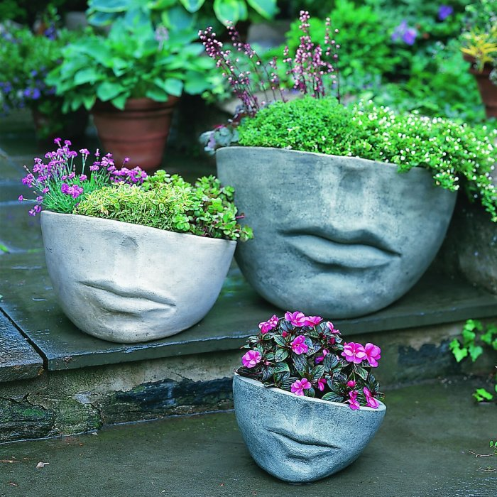 Такі бетонні квіткові горщики в саду, виглядають дійсно чудово, особливо приваблює їх незвичайна форма і забарвлення.