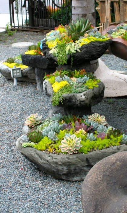 Створити ідеальну красу на території заміського будинку допоможуть правильно підібрані невисокі кам'яні горщики з квітами.