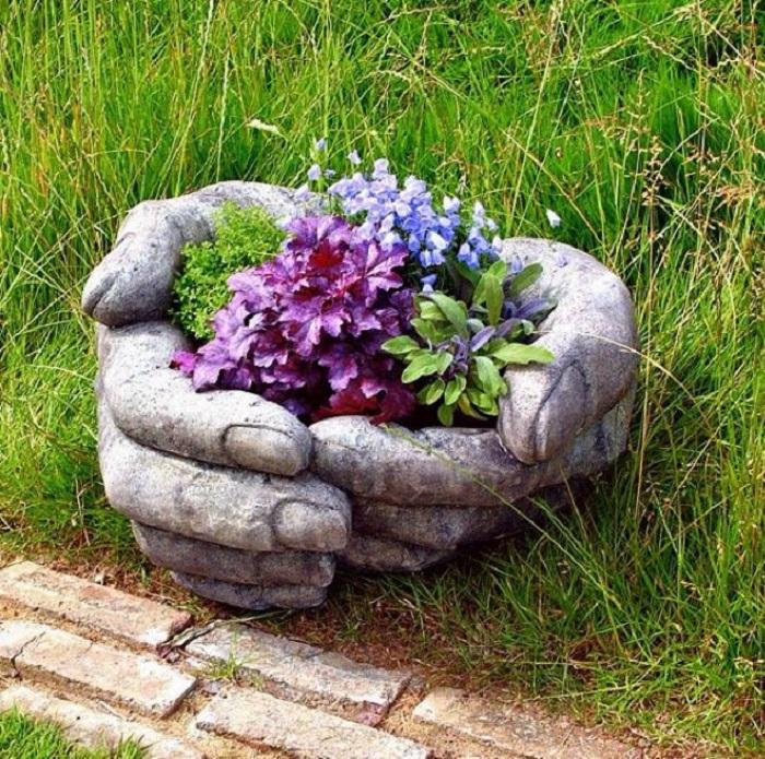 Кашпо з натурального каменю, яке виглядає як справжній витвір мистецтва.