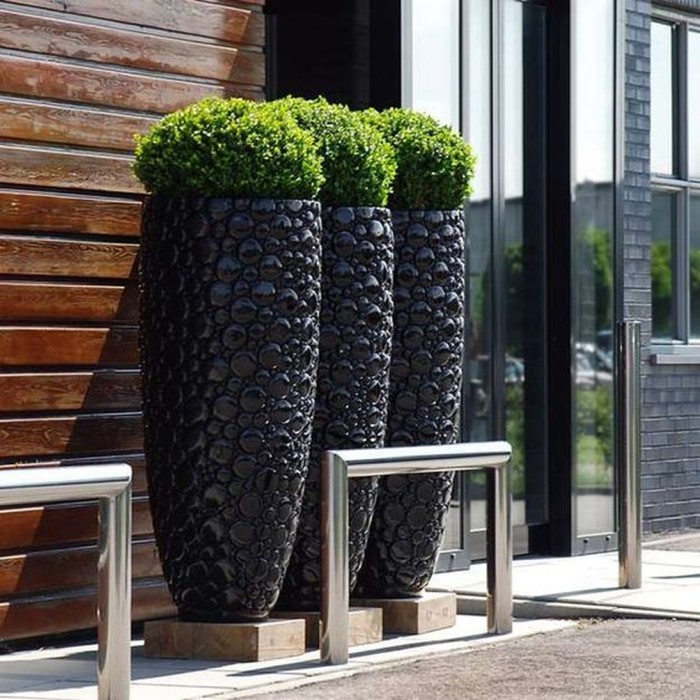Сучасні вуличні вазони і кашпо можуть мати різноманітні форми і розміри, а їх декор доповнить загальну садово-паркову композицію.