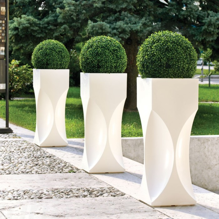 Стильні білі кашпо незвичайної форми ідеально вирішать проблему з висадкою невеликих, але пишних рослин.