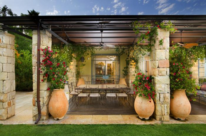 Кашпо-амфори в середньовічному стилі, які допоможуть перетворити будь-який куточок садової ділянки.