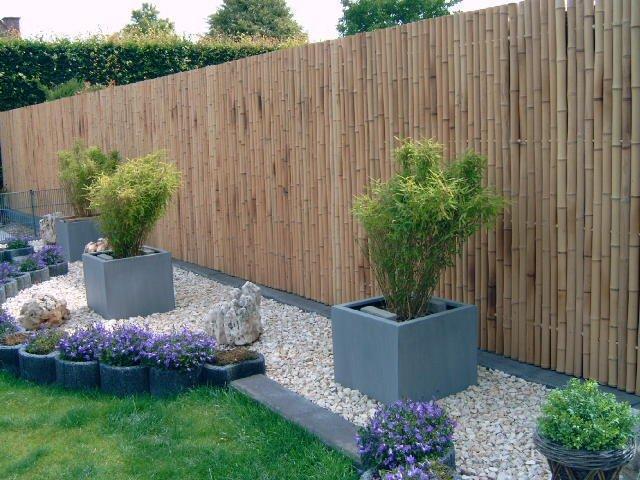 Бамбук - натуральний матеріал, який відмінно підходить для будь-якого заміського ділянки.