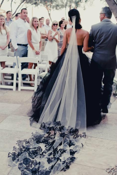Весільна сукня чорного кольору.