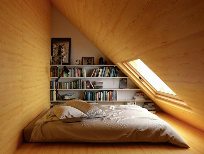 Затишна горищні спальня.
