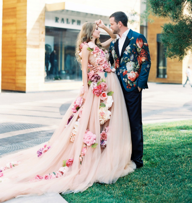 Пишне плаття з об'ємними квітами.