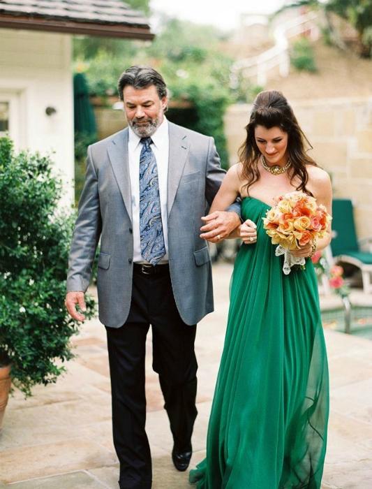 Сукня зеленого кольору.