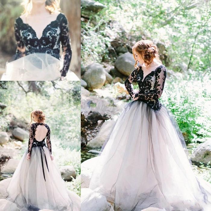 Весільна сукня зі світлою спідницею і чорним корсетом.