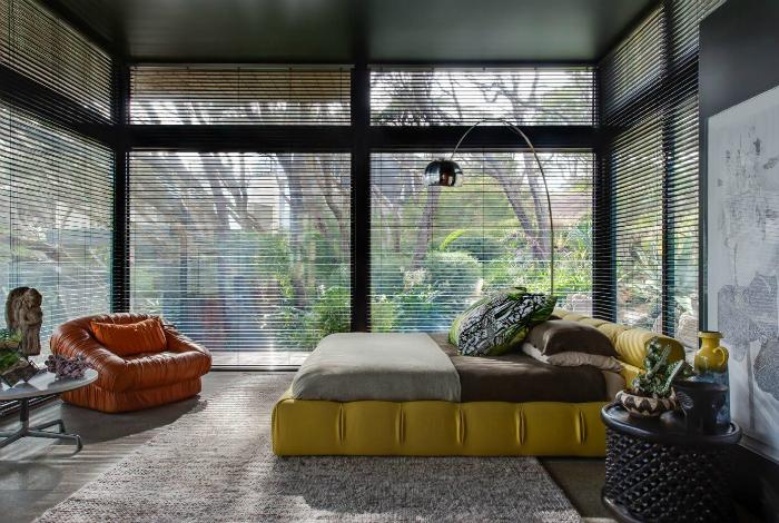 Простора спальня з оригінальними меблями.