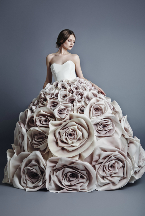 Плаття, прикрашене трояндами.