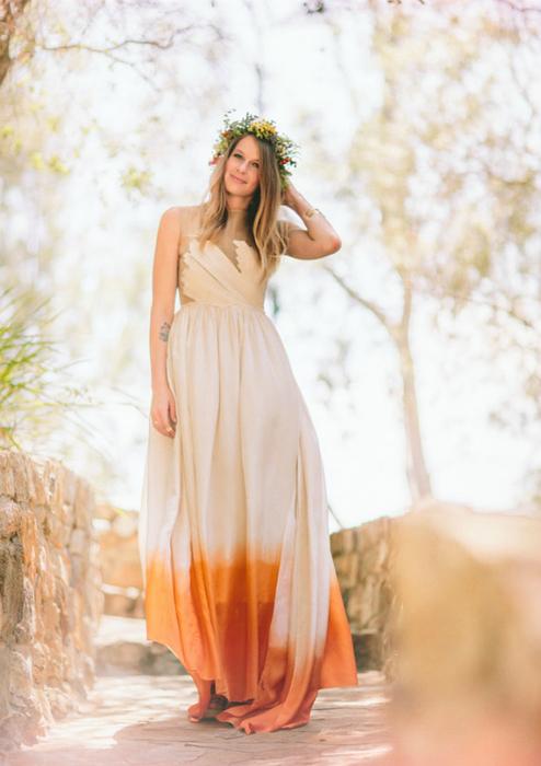Сукня з яскравим подолом.