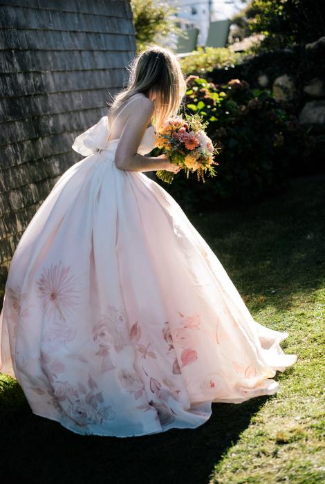 Пишне плаття з флористичним принтом.