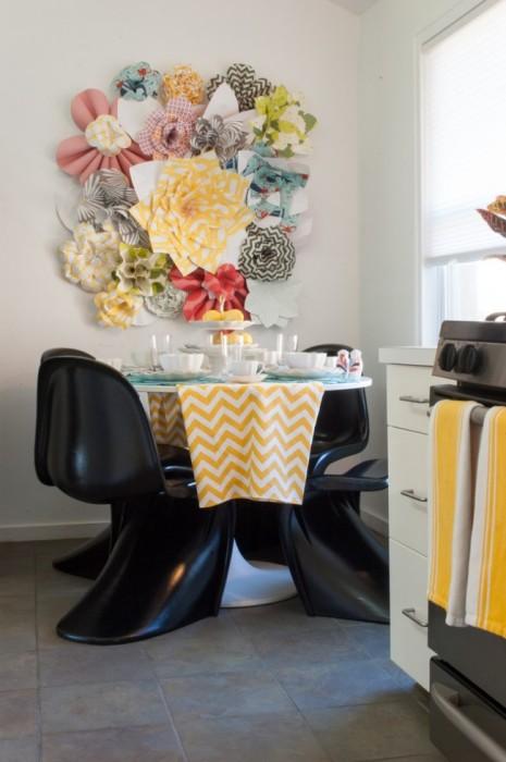 Текстильна композиція на стіні у формі різнокольорових квітів стане відмінним доповненням до інтер'єру.