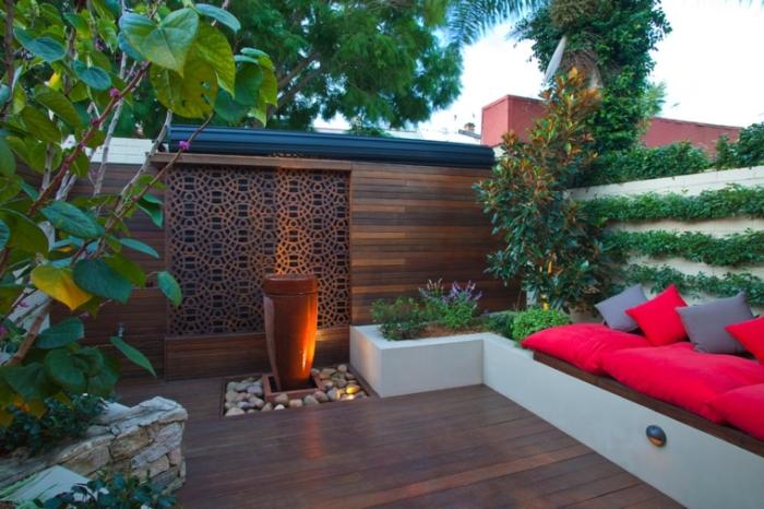 Закрите простір маленького дачної ділянки дозволить створити атмосферу самоти і романтики.