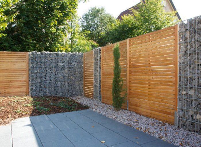 Дротова металева конструкція в поєднанні з дерев'яними дошками дозволить створить ефективний і не нудний паркан.