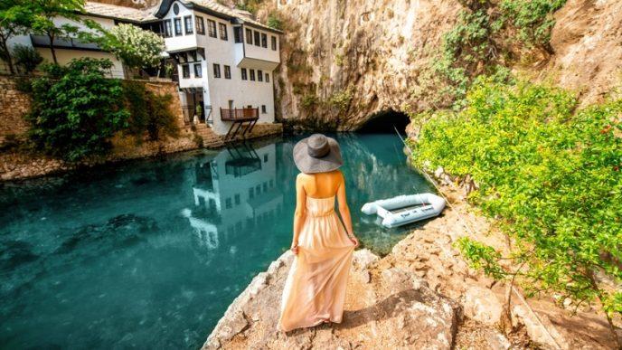 У мальовничому місці біля скель з красивими водними каскадами розташовується колишня молитовня дервішів.