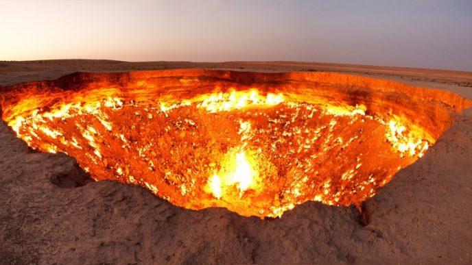 Вогняна яма, розташована в пустелі Каракуми, отримала назву «Двері в пекло» і є результатом буріння і розкопок, що проводилися в 1971 році.