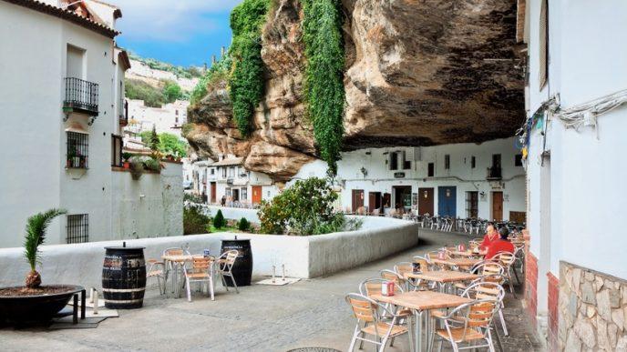 Незвичайний місто стало відоме завдяки тому, що ошатні білі будинки буквально вбудовані в базальтові скелі.