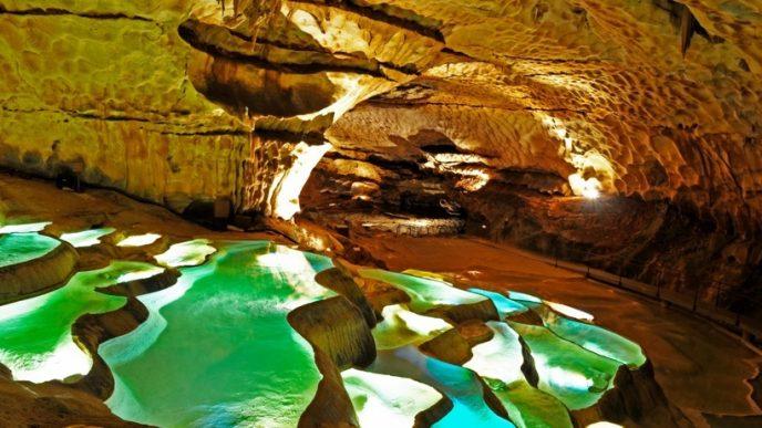 Грот являє собою величезну мережу печер з кришталево чистою водою і різнокольоровими гірськими породами.