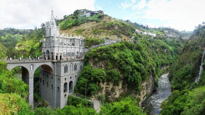 Неоготична церква, що височіє над річкою Гуаїтара, служить обрамленням для наскального ікони «Senora de las Lajas» і є найбільш відвідуваною в Колумбії.