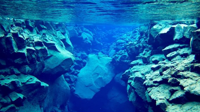 У прісній кристально чистій воді видимість досягає 300 метрів, що привертає любителів підводного плавання.