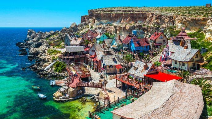 Казковий селище, який був побудований для зйомок мюзиклу «Попай», є повноцінним комплексом розваг з атракціонами, ігровими залами і музеєм.